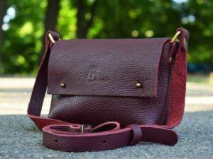 Женская сумка из кожи бордового цвета